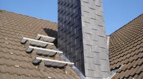 Schornsteinverkleidung mit Schiefer in gezogener Rechteck-Doppeldeckung