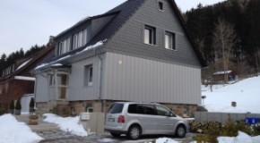 Fassaden-/Giebelverkleidung mit Kunststoffpaneelen und Schiefer