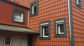 Fassadenverkleidung mit Ziegeln und Schiefer