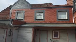 Fassadenverkleidung mit Biberschwänzen und Schiefer