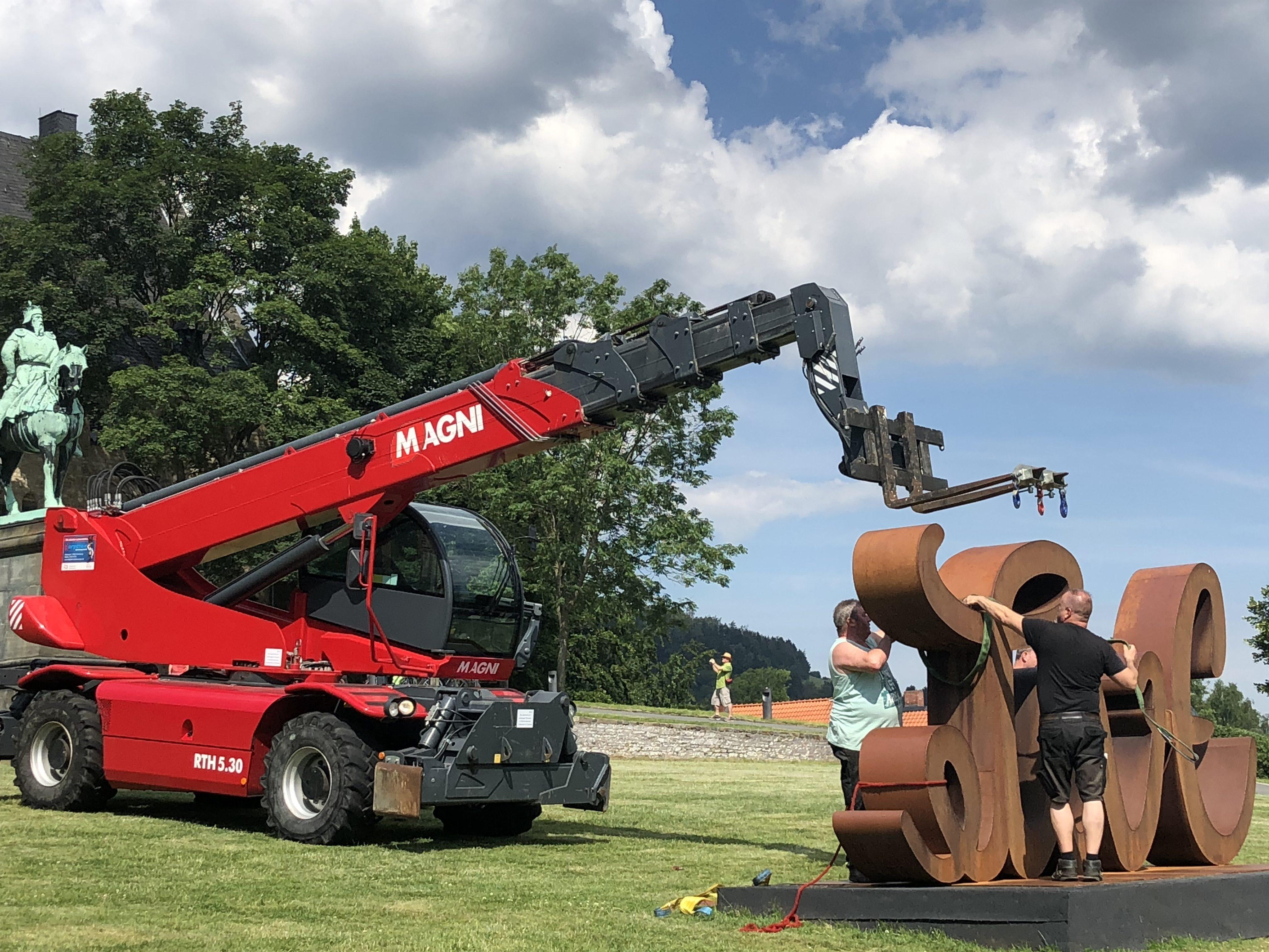 Skulptur Transport mit Teleskoplader